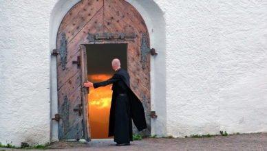 Italienischer Callboy hat Sex mit zig Priestern