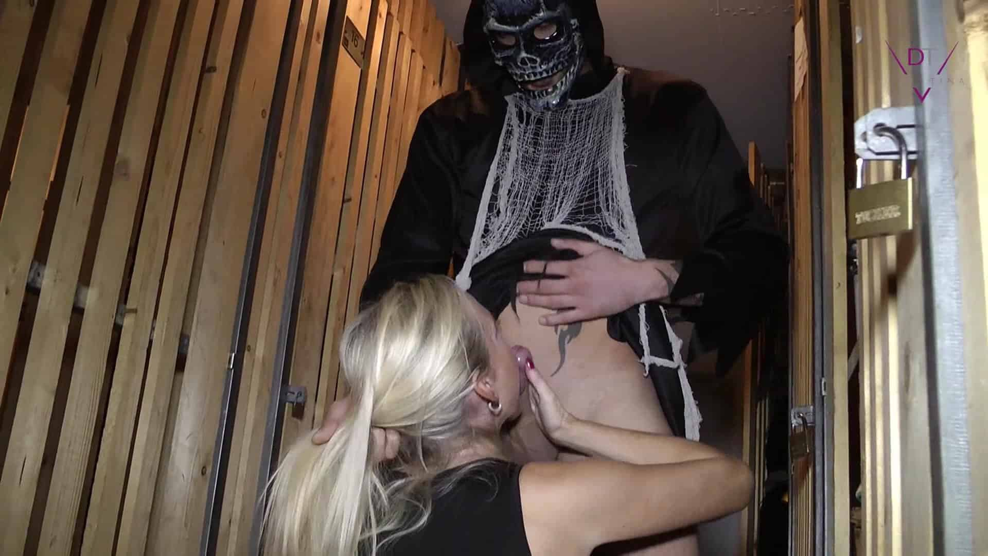 Halloweenfick mit einem Monster