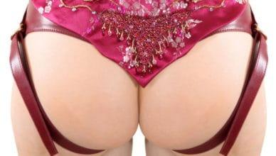 Vorne geiler Strapon - hinten hübscher Frauenarsch